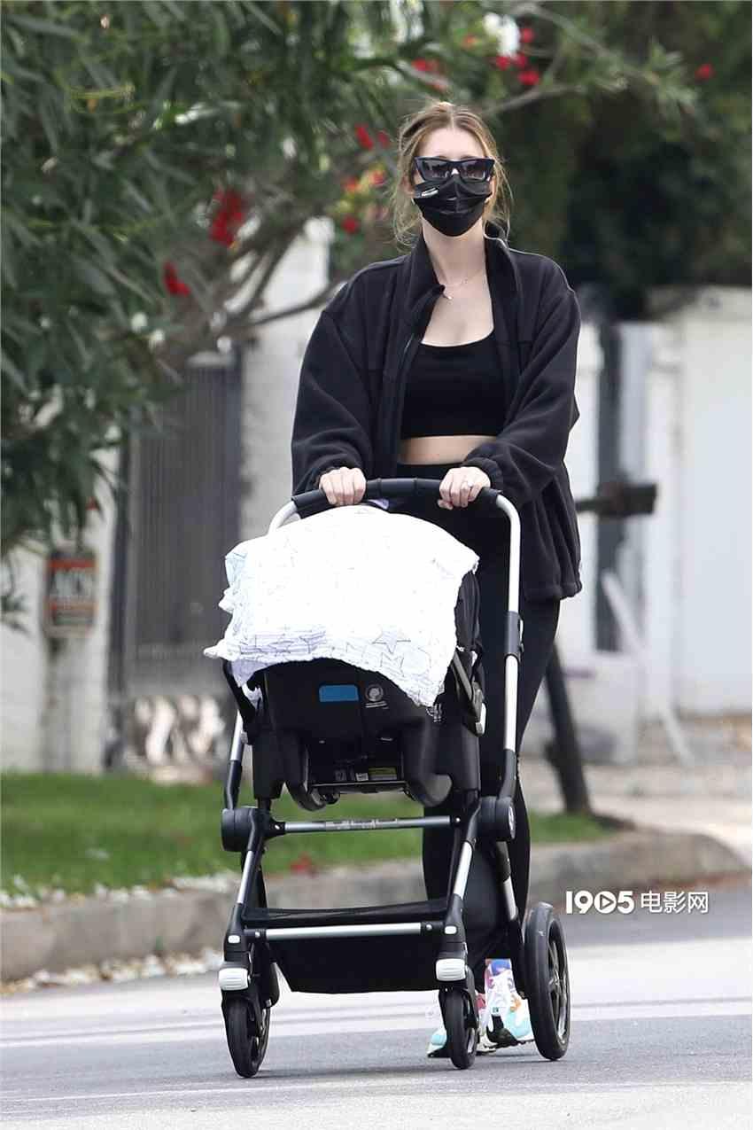 《【杏鑫账号注册】星爵娇妻产后不足两月极速瘦身 推女儿散步秀蛮腰》