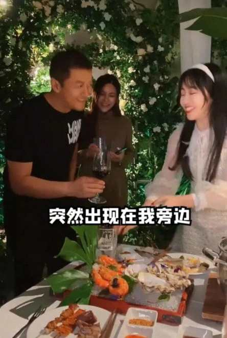 网友偶遇李亚鹏被敬酒 身边陪同孕妇身份引猜测