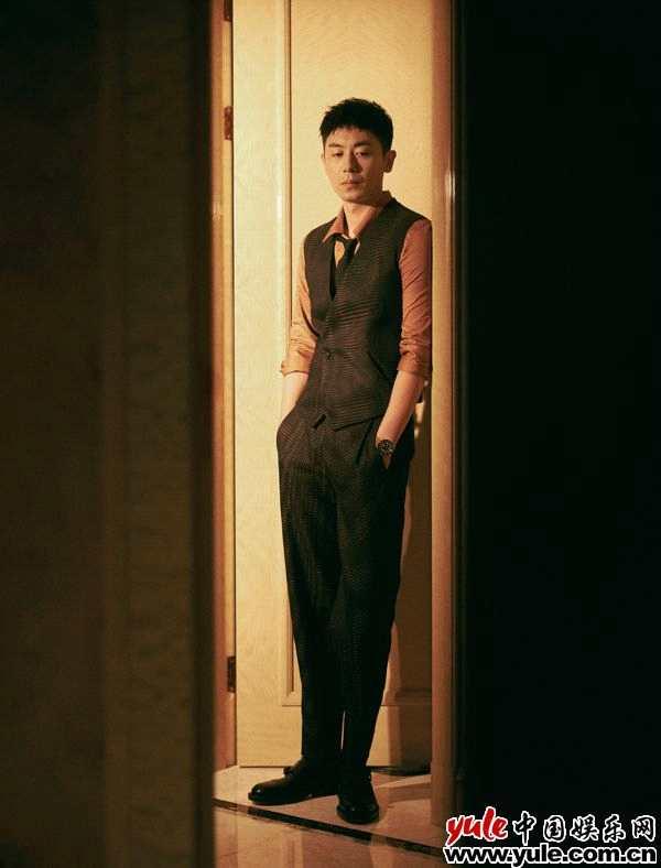 《【杏鑫注册链接】朱亚文云纹西装写真释出 优雅三件套彰显绅士气质》