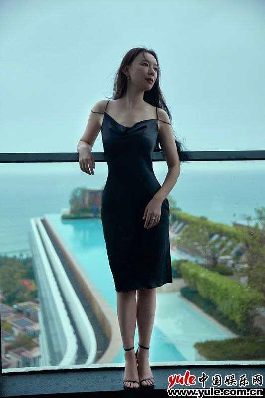 《【杏鑫账号注册】英泽最新写真大片曝光 黑色简约长裙演绎慵懒御姐风》
