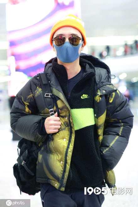 《【杏鑫在线娱乐注册】张丹峰离婚风波后独自现身上海 穿扎染外套变潮男》