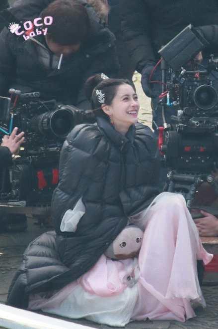 Angelababy不受风波影响剧组拍戏 穿粉裙灿笑