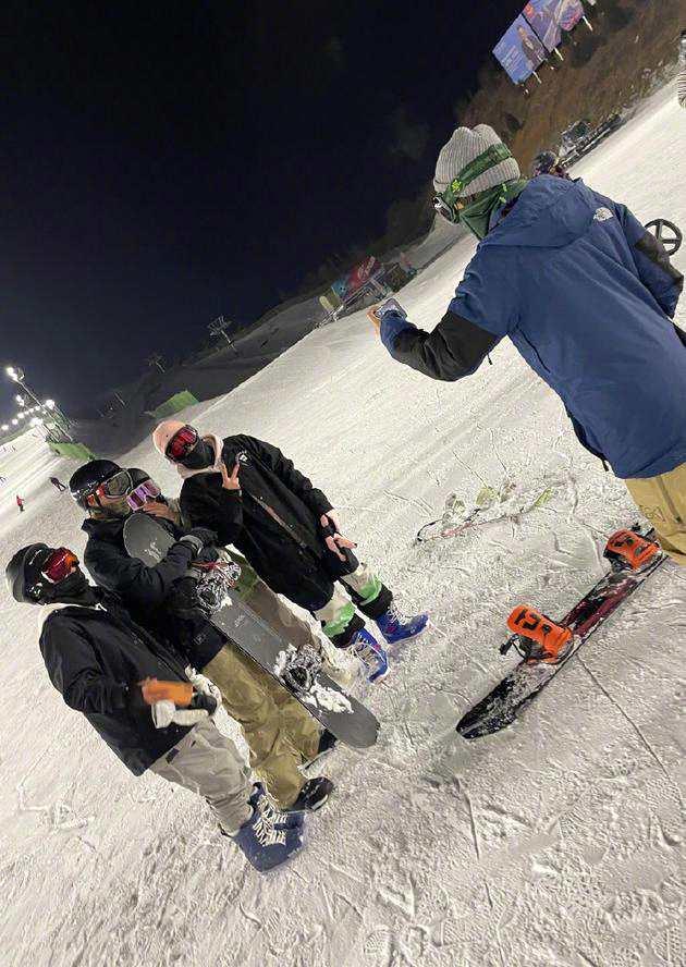 谢霆锋滑雪场帮陈伟霆和路人拍照:暗中为人民服务