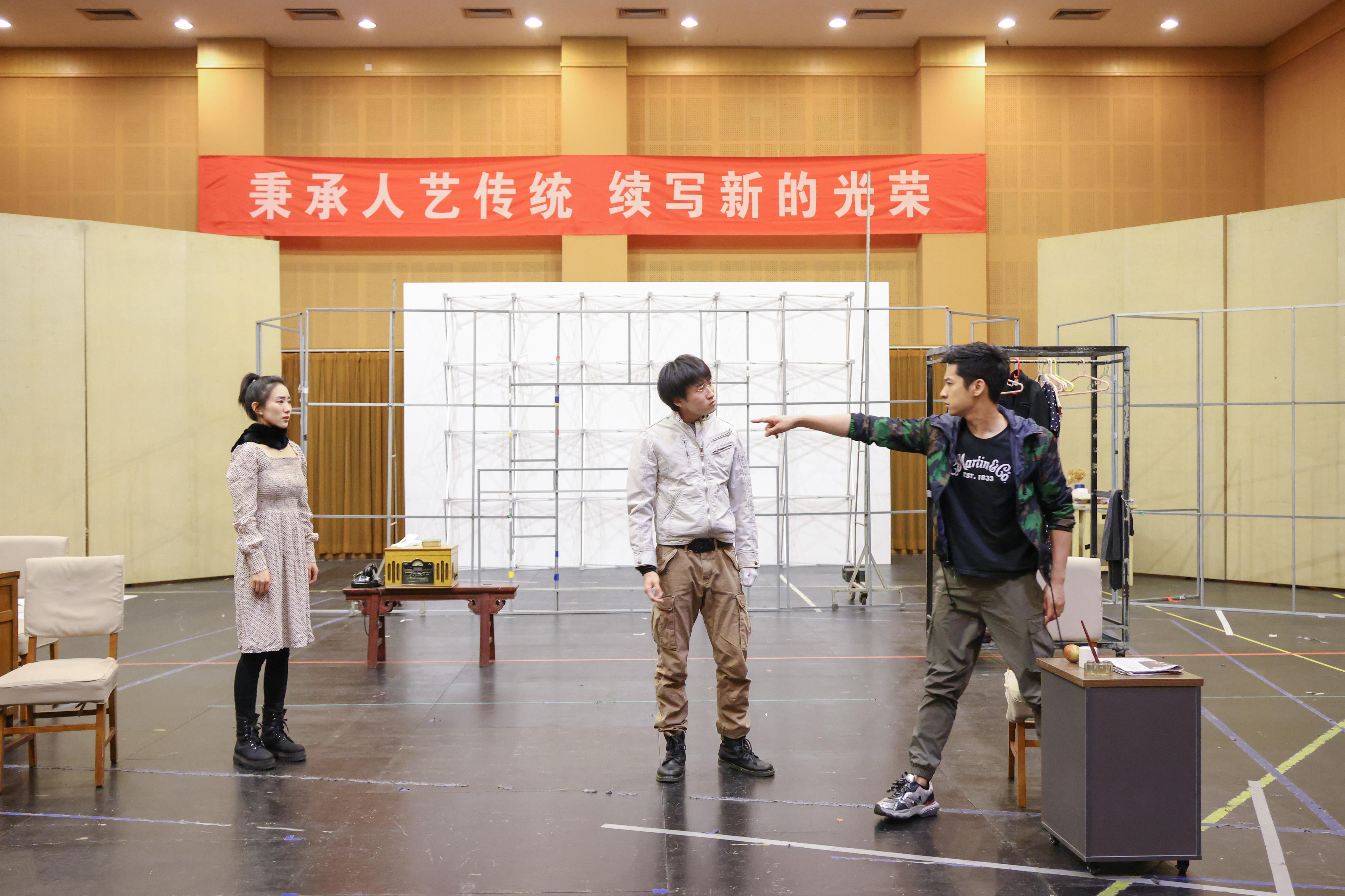 北京人艺的开年新戏,为何选择三个年轻演员?
