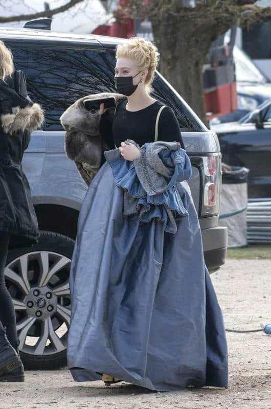 女王回归!艾丽·范宁现身《凯瑟琳大帝2》片场
