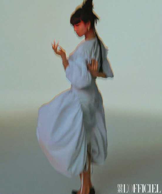 《【手机杏鑫注册】宋茜最新时尚大片曝光 齐刘海造型搭配浓郁红唇妆》
