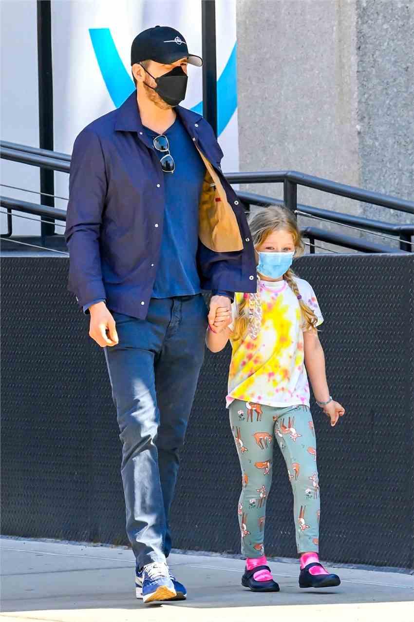 《【杏鑫娱乐平台怎么注册】瑞安·雷诺兹带女儿出街购物 大手牵小手超有爱!》