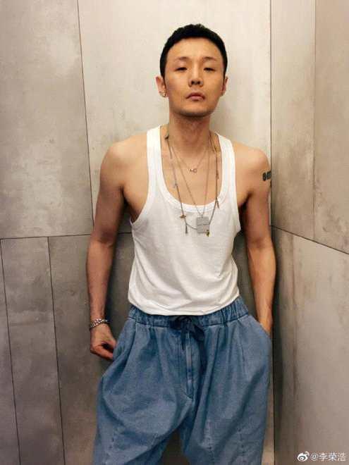 《【2号站账号注册】李荣浩寸头造型!穿白背心晒近照 精瘦身材引热议》