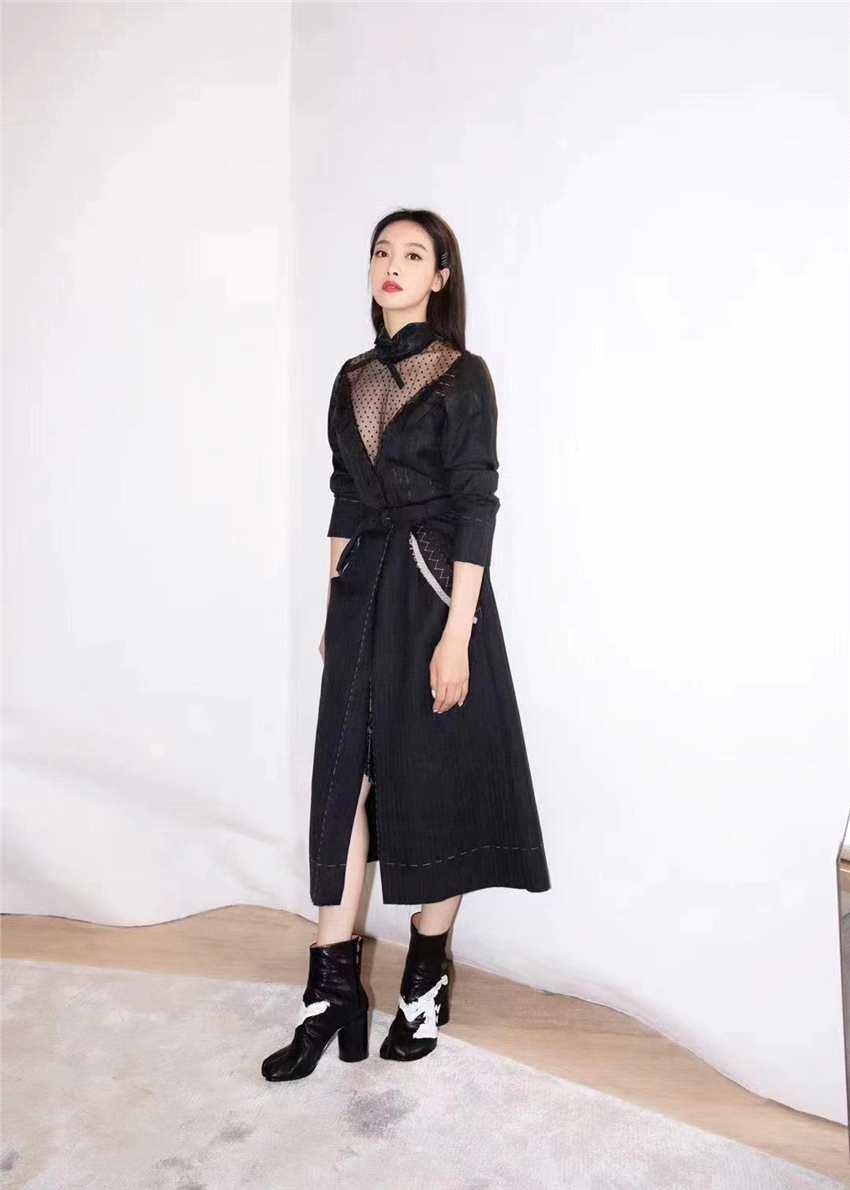 《【聚星总代理】宋茜现身时尚展览活动 黑色构撕边裙彰显个性魅力》