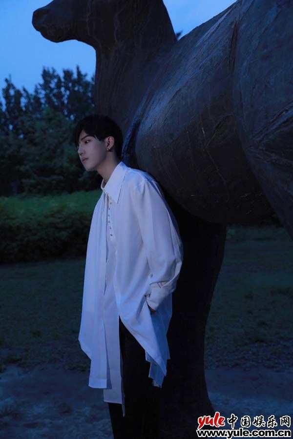 《【杏鑫注册链接】李逸晨星河大片释出 纯欲气息神秘浪漫演绎时尚多面性》