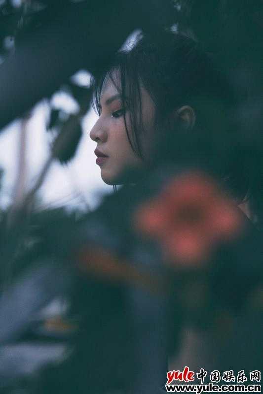 《【杏鑫注册首页】刘亦芊胶片风写真质感满满复古暗调玩转别样青春》