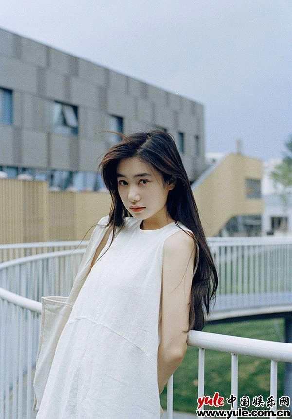 演员倪珂欣曝夏日清新写真 白色长裙尽显文艺气息