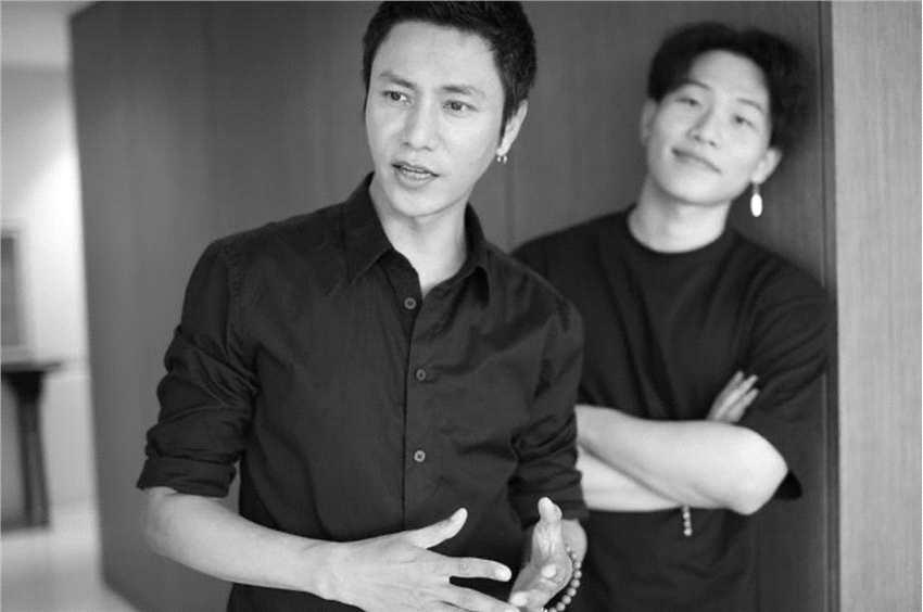摩臣2平台陈坤晒与19岁儿子合照 两人穿黑衣同框温馨有爱