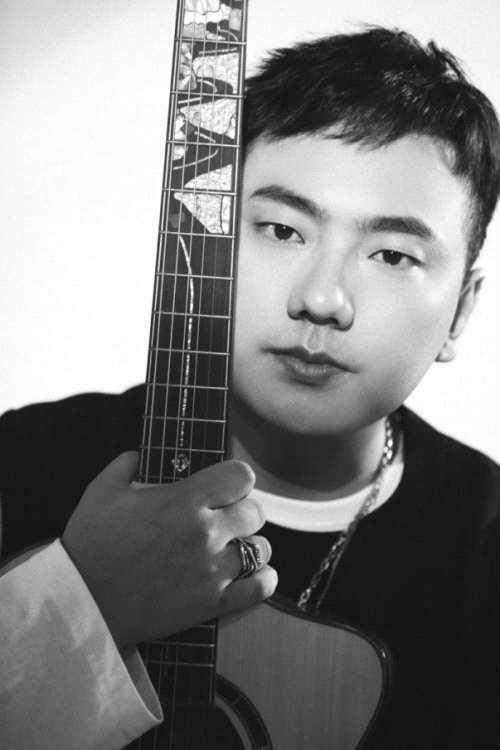摩臣2平台当红唱作人海来阿木成立飞鸟与木乐队,重推乐队形式演出