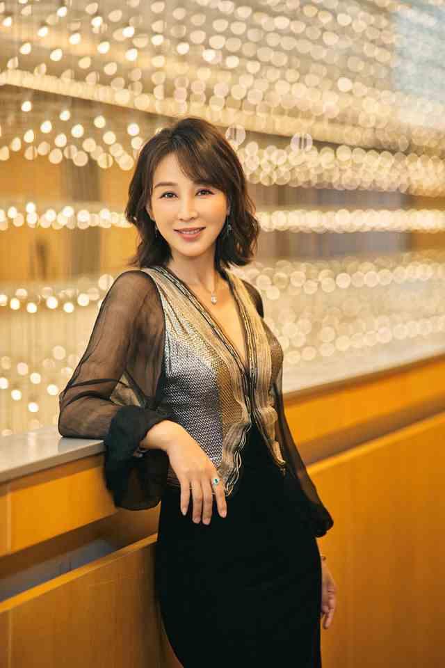 摩臣3平台岳丽娜亮相北京时装周 造型吸睛尽显风雅之姿