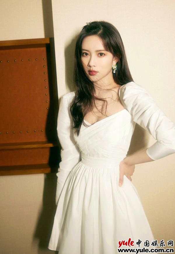 摩臣3平台孟子义复古白裙写真释出 眼眸流转尽显情绪张力