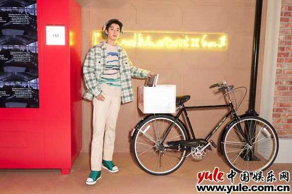 摩臣3平台吴宇恒亮相品牌大秀 格纹造型诠释经典复古风