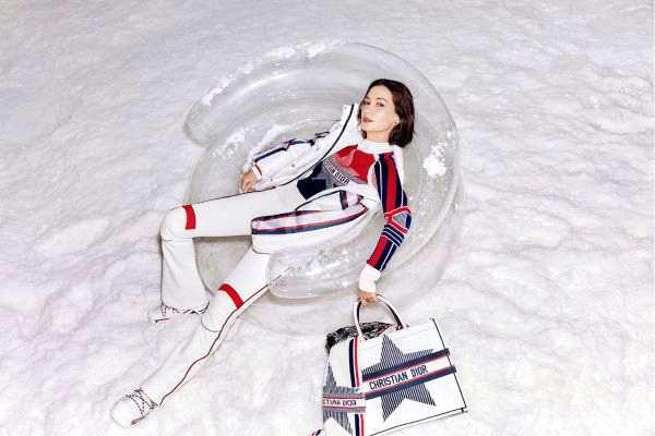 摩臣2平台卢靖姗杂志封面曝光 俏皮滑雪造型