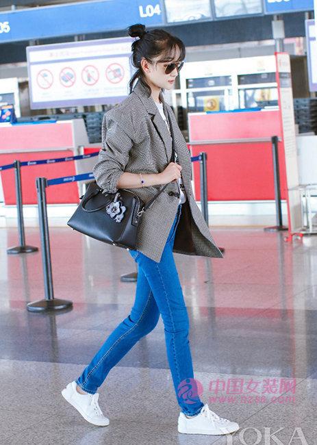 西装配牛仔裤简约清新 张瑶机场示范亲民混搭