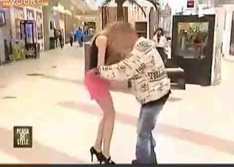 爆笑!商场美女故意掉裙子