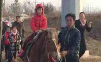 山东威海一位老爸帅出新高度  骑马上班并且接女儿放学
