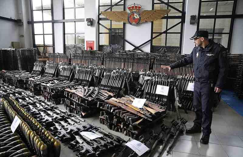 欧洲非法兵工厂重武器一应俱全 令人吃惊