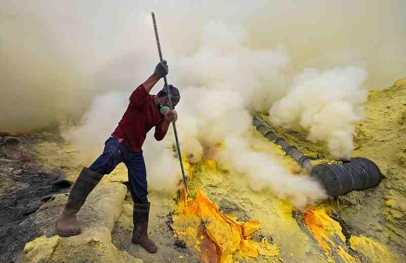 实拍火山上的矿工:收入低但随时有生命危险