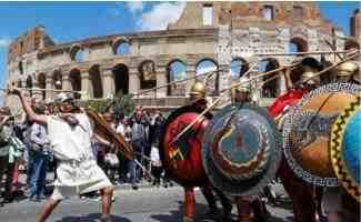 """意大利罗马迎来2770岁生日   """"古罗马士兵""""街头庆祝"""