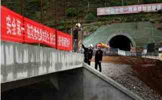 中铁一局员工在陕西宜川县奋战中国跨度最大重载铁路线