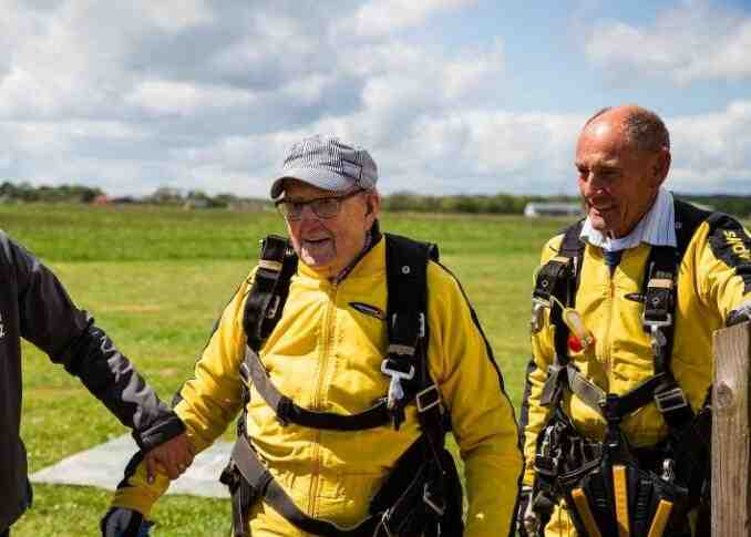 百岁退伍老兵玩高空跳伞 刷新世界记录