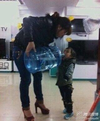 二货妈妈是这样给小孩喝水的