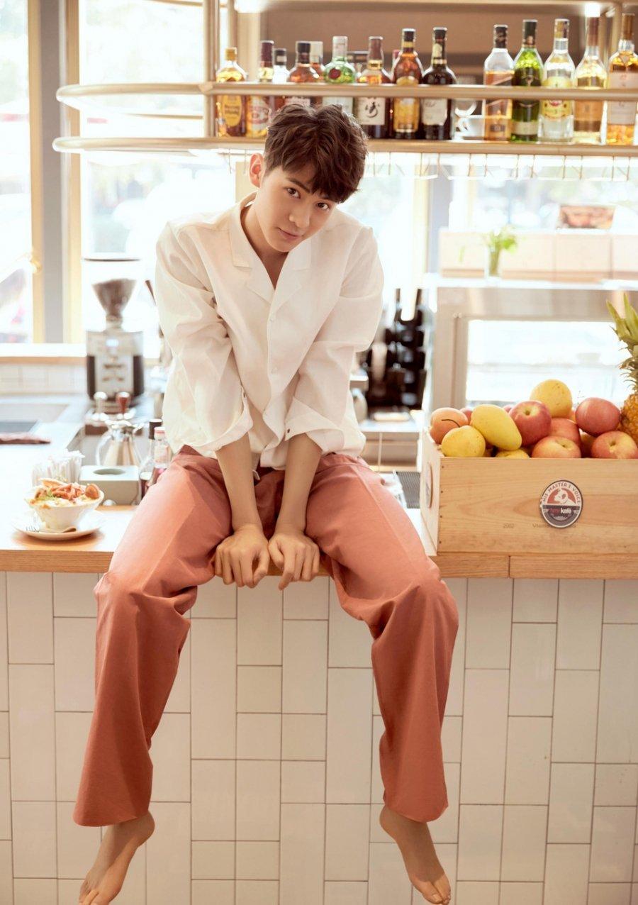梁译木时尚写真大片 俏皮慵懒变咖啡王子