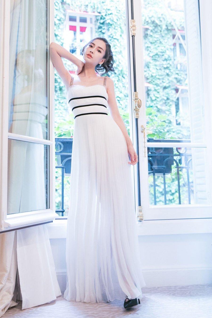 Baby白色纱裙飘然灵动 曲线曼妙尽显法式浪漫