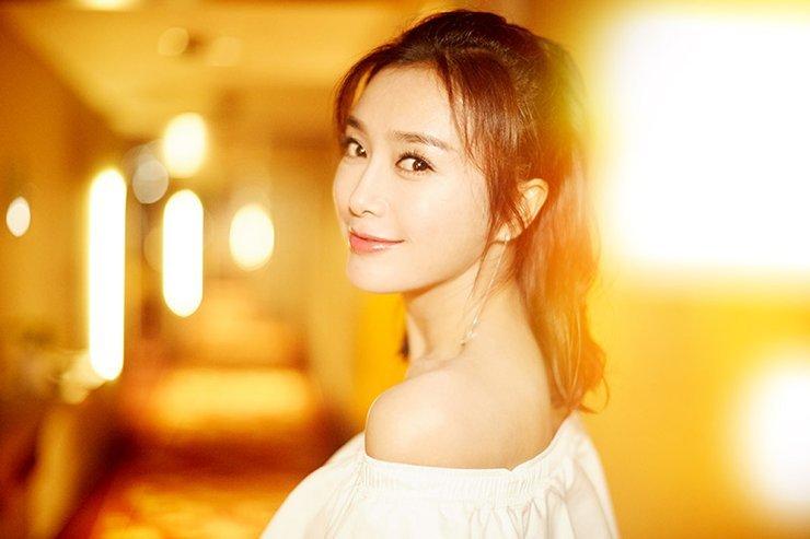 秦岚小露香肩 笑容甜美迷人