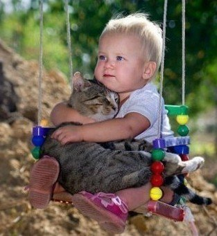 小孩抱着猫咪睡觉
