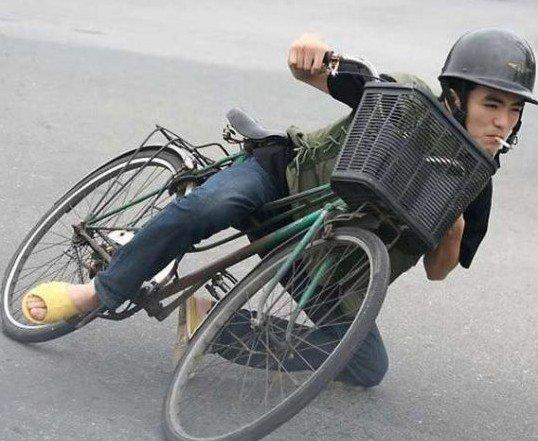 骑着自行车玩飘移转弯