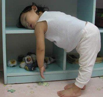 小孩奇怪的睡姿