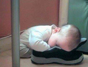 爬在鞋子上睡觉的小朋友