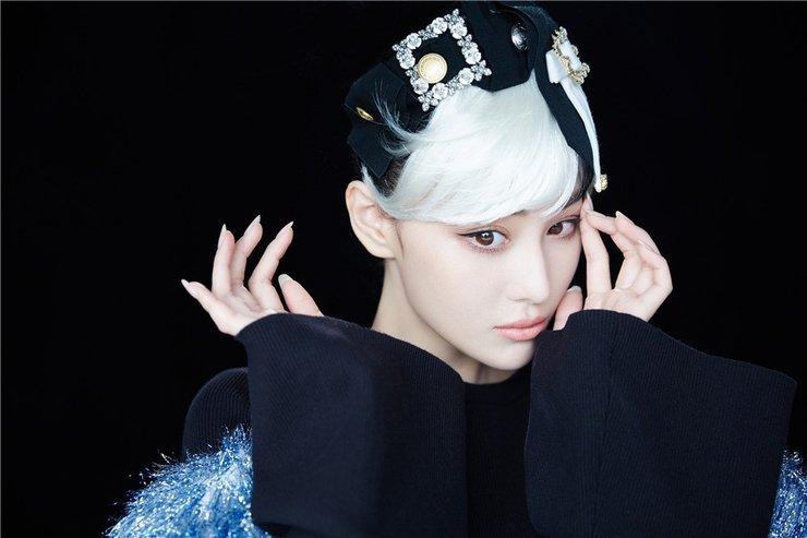 张馨予白发造型 演绎灵动小魔女