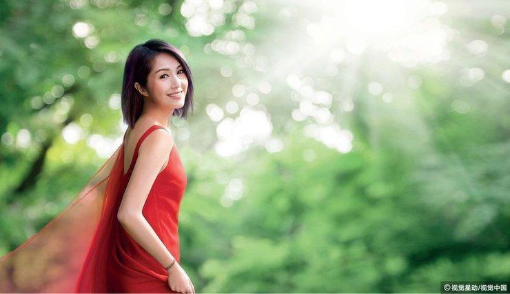 杨千嬅红色长裙仙气飘飘女神范儿足     笑容清新迷人似出嫁新娘