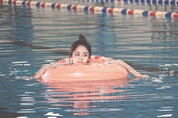 谭松韵泳池戏水写真     画风清甜可爱