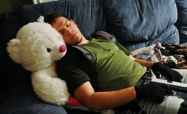 让小熊娃娃抱着睡觉