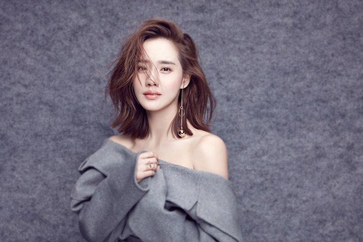 王智露香肩美背 尽展优雅性感