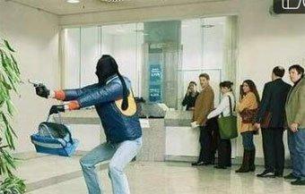 在银行遇上抢劫,一群人淡定围观