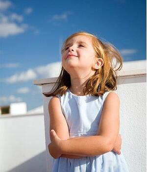 在楼顶晒太阳的萝莉小女孩