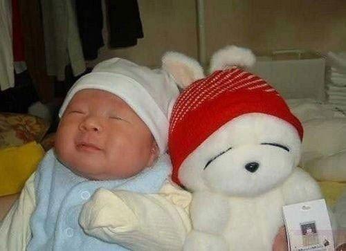 小家伙学流氓兔的样子