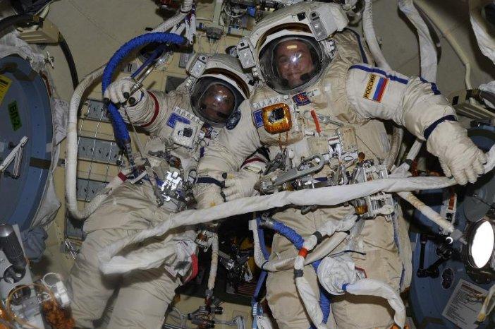 宇航员太空行走 徒手释放5颗卫星