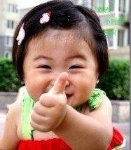 小妹妹竖大拇指表扬你