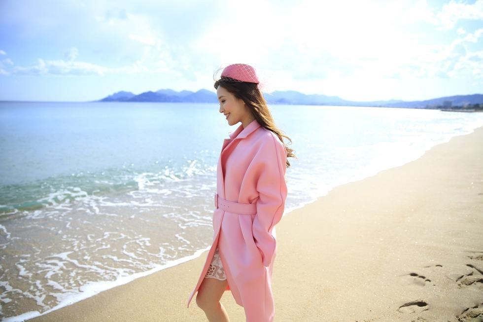 气质美女金莎海边游玩写真