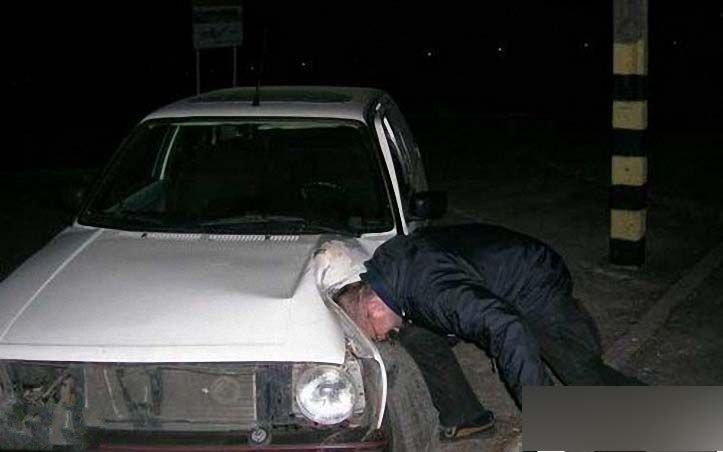 猛男用头撞坏汽车
